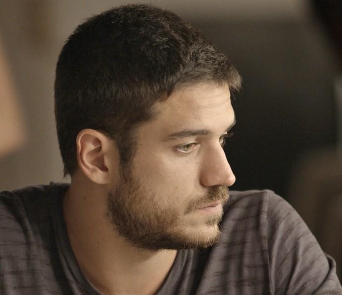 Dante diz que vai viajar, e Gibson começa o 'drama', pedindo para o neto não demorar (Foto: TV Globo)