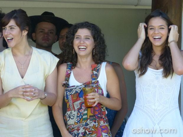 Camila Raffanti, Gabriela Carneiro da Cunha e Bruna se divertem na gravação (Foto: Em Família/TV Globo)