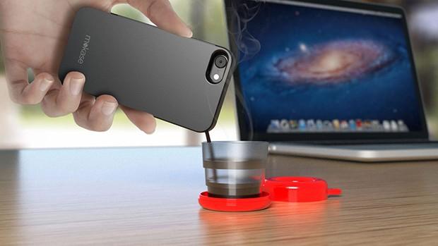 Italianos inventam capa de celular que serve café (Foto: Divulgação)