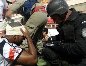 Policial recolhe nome de torcedor envolvido em briga (Foto: Caio Lorena / Globoesporte.com)