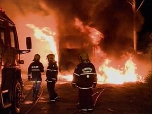 Três ônibus foram incendiados em Criciúma em cinco horas (Foto: Reprodução RBS TV)