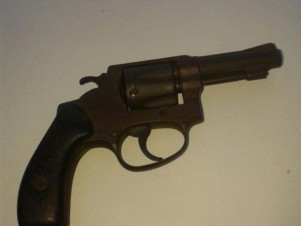 Revólver usado em roubo em Macaé (Foto: PM/Divulgação)