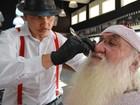 FOTOS: Papai Noel 'heavy metal' renova visual em barbearia vintage de Campinas