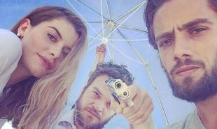 Alinne Moraes, Emílio Dantas e Rafael Cardoso brincam nos bastidores de Além do tempo. No último capítulo, Pedro dará um tiro em Felipe | Reprodução
