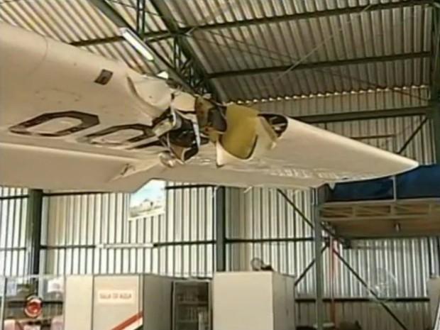 Asa do avião ficou danificada após atingir o paraquedista Alex Adelmann (Foto: Reprodução TV Tem)