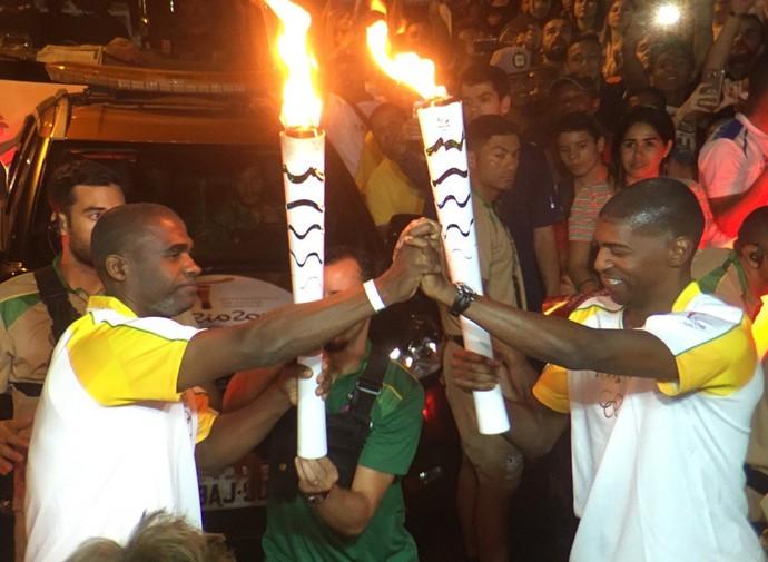 André Domingos e Eronildes Araújo participam do revezamento da tocha em Prudente (Foto: Pedro Veríssimo / GloboEsporte.com)