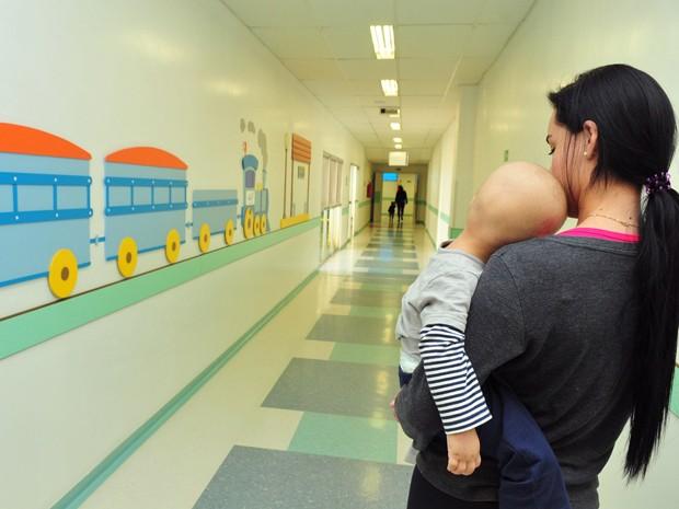 Mulher carrega bebê braços no Hospital da Criança (Foto: Tony Winston/Agência Brasília)