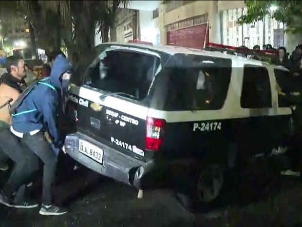 Carro da Polícia Civil é depredado no Centro de SP (Foto: Reprodução/TV Globo)