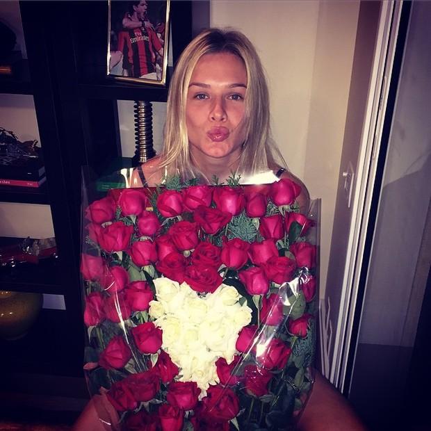 Fiorella Mattheis ganha flores de Alexandre Pato (Foto: Instagram/ Reprodução)