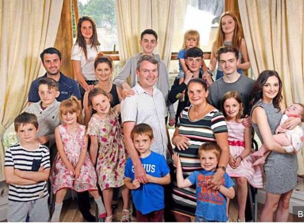 Sue, grávida de Phoebe, o marido e os outros filhos (Foto: Reprodução/ Facebook)