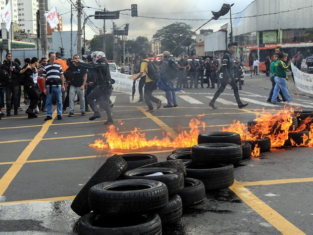 Barricada com pneus em chamas é montada por Funcionários e estudantes da Universidade de São Paulo (USP) na Rodovia Raposo Tavare. Mais cedo, o grupo fechou o Portão 1 da Cidade Universitária, na zona oeste da capital (Foto: Werther Santana/Estadão Conteúdo)