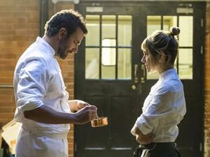 Bradley Cooper e Sienna Miller em cena da comédia dramática 'Pegando fogo', sobre chefs de cozinha (Foto: Alex Bailey/The Weinstein Company/AP)