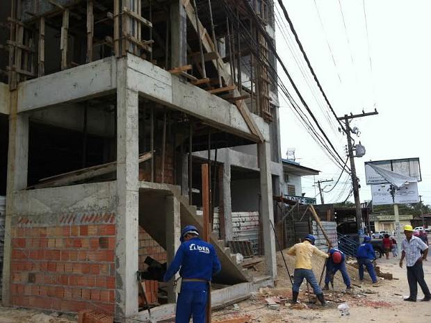 Operário esbarrou em fios de alta tensão enquanto caía (Foto: Camila Henriques/G1 AM)