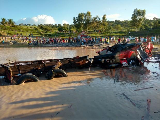Motorista perdeu o controle do caminhão e caiu em açude (Foto: Divulgação/Corpo de Bombeiros)