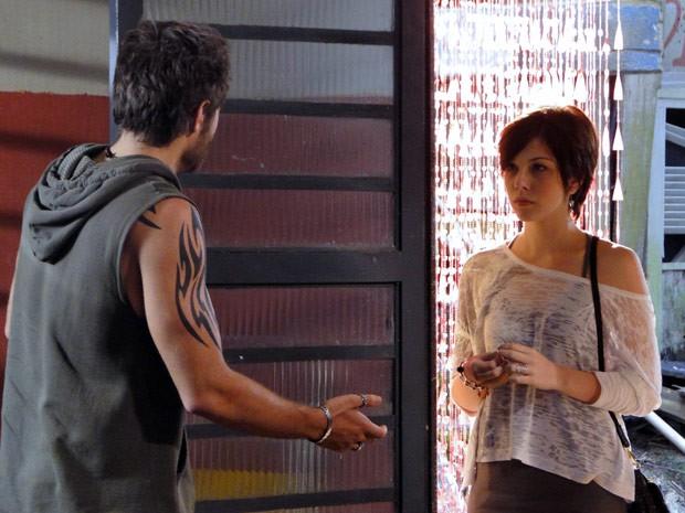Alexia procura o ex na ONG e diz para ele deixar Gabriel em paz (Foto: Malhação / Tv Globo)