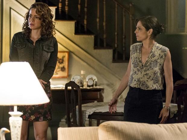 Cora estranha a presença do empresário, que sai correndo (Foto: Ellen Soares/TV Globo)