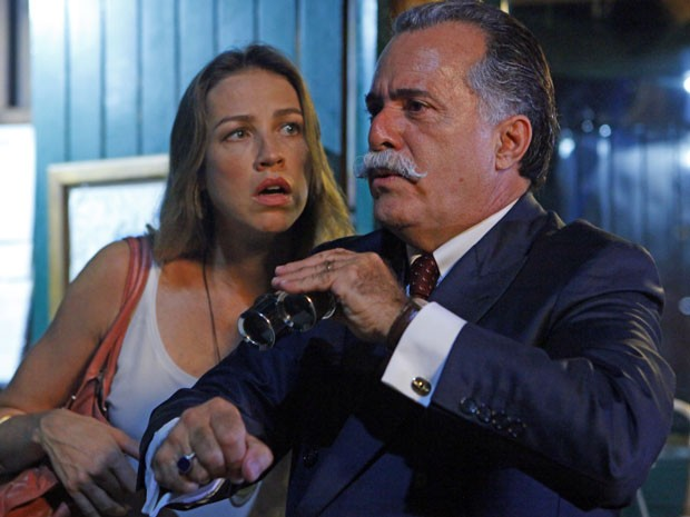 Otávio quer fazer bonito para Vânia, mas Roberta foi mais rápida e deixou o empresário na mão (Foto: Guerra dos Sexos / TV Globo)