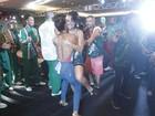 Juliana Paes leva Paloma Bernardi no colo em evento da Grande Rio