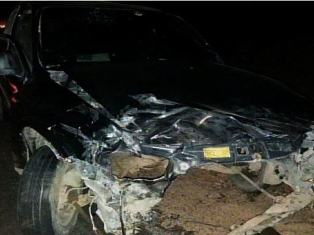 Policial foi atingido por um veículo em alta velocidade. Automóvel ficou destruído (Foto: Reprodução/TV Verdes Mares)