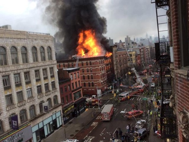 Bombeiros trabalham para combater incêndio em prédio no East Village, no distrito de Manhattan, em Nova York (Foto: Scott Westerfeld/Reuters)