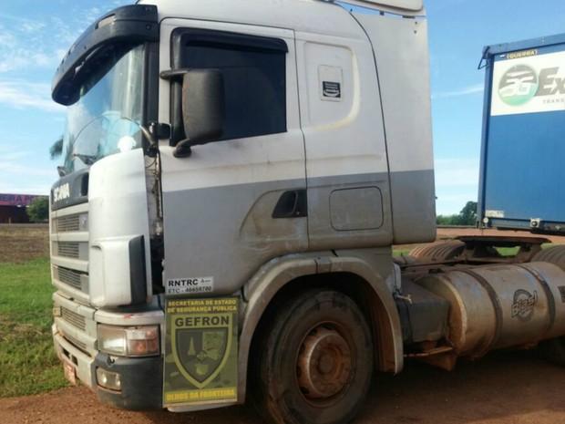 Caminhão foi encontrado abandonado às margens de uma rodovia estadual (Foto: Divulgação/Gefron-MT)