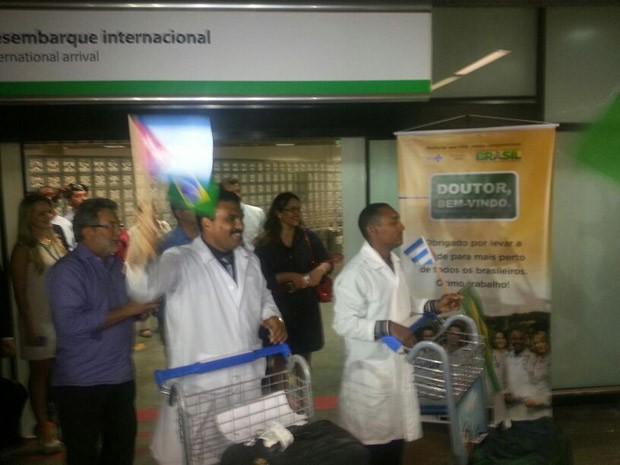 Médicos cubanos chegaram no início da noite deste sábado em Brasília. (Foto: Alexandro Martello/G1)