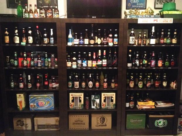 Prateleira de loja especializada em cervejas tem muita variedade  (Foto: Flavio Flarys / G1)