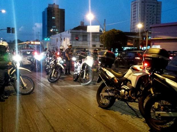 PM fechou ruas durante protesto de estudantes em Piracicaba (Foto: Claudia Assencio/G1)