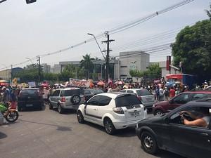 Manifestação gerou congestionamento em avenida na Zona Oeste de Manaus (Foto: Sérgio Rodrigues/G1 AM)