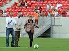 Em tabelinha com Campos, Dilma faz gol de pênalti e inaugura Arena PE
