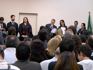 Durante leitura da sentença todos ficaram de pé no plenário do júri da Chacina de Unaí (Foto: Reprodução/ TV Globo)