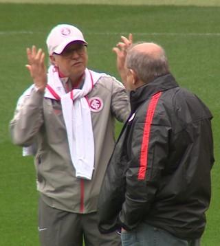 Falcão e Píffero conversam no treino do Inter (Foto: Reprodução/RBS TV)