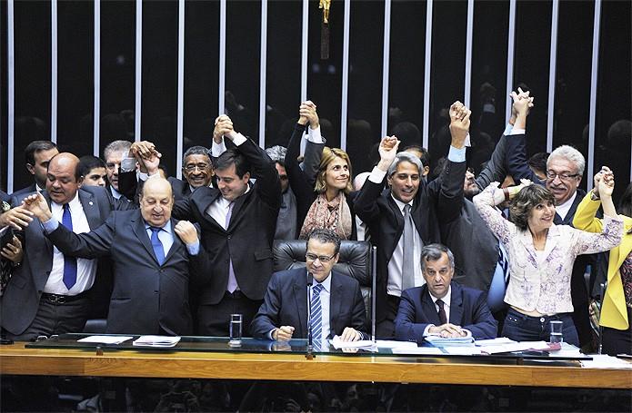 Deputados celebram a aprovação do Marco Civil, que começou a tramitar na Câmara em 2011 (Foto: Luis Macedo/Agência Câmara)