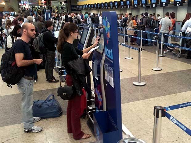 Passageiros conferem documentos na área de embarque de Viracopos, em Campinas (Foto: André Natale/EPTV)