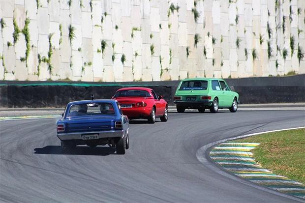 Rumo a Curva do Laranja, VW Brasília, Mazda Miata e Dodge Charge RT. (Foto: Divulgação/Edison Guerra Sr)