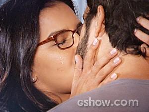 Celina não resiste e dá beijão em William (Foto: Além do Horizonte/TV Globo)