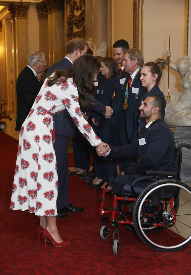 Kate Middleton cumprimenta a delegação paralímpica britânica (Foto: Getty Images)