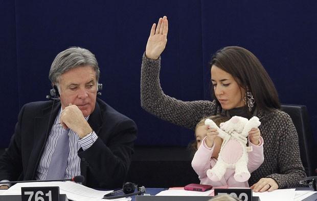 'Vizinho' de Licia Ronzullo parece incomodado com a presença da criança (Foto: Vincent Kessler/Reuters)