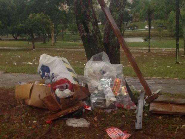 Lixo ficou acumulado no Parque Vitória Régia (Foto: Giuliano Tamura / TV TEM)