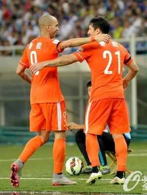 Diego Tardelli e Aloisio Shandong Luneng (Foto: Divulgação / Osports.cn)