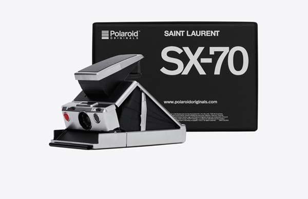 Polaroid SX70 vintage customizada pela Saint Laurent com filme P&B de moldura preta (Foto: Divulgação)