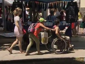 Pessoas com cadeiras de rodas têm dificuldade para circular nas ruas do centro de Taubaté (Foto: Reprodução/ TV Vanguarda)