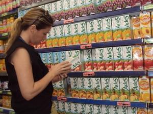 Fiscais vistoriam produtos advertidos pela Anvisa (Foto: Divulgação/Ascom Semus)