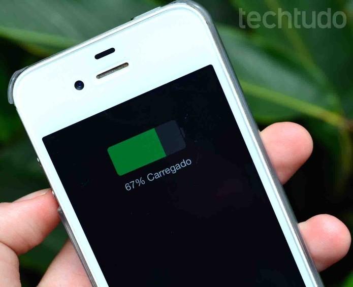 iPhone 4S bateria carregando (Foto: Luciana Maline/TechTudo)
