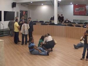 Servidores sentam no meio do plenário (Foto: TV Verdes Mares/Reprodução)