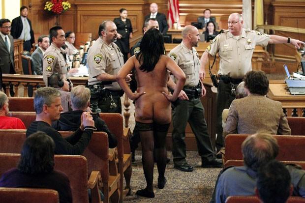 Em 4 de dezembro, uma mulher protestou nua na Prefeitura da cidade americana de San Francisco, Califórnia, contra a aprovação de uma lei que proíbe a nudez em lugares públicos (Foto: Beck Diefenbach/Reuters)