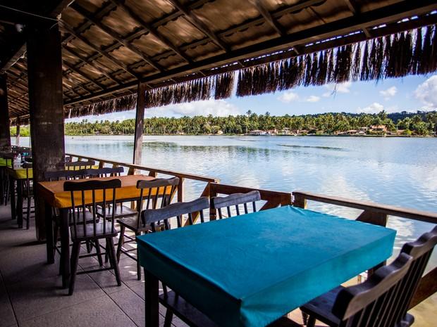 Massagueira conta com dezenas de restaurantes às margens da lagoa Manguaba  (Foto: Jonathan Lins / G1)