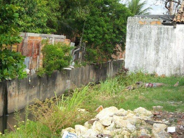 Corpo foi retirado do canal em Aracaju por uma equipe do Corpo de Bombeiros (Foto: Marcos Couto/Arquivo Pessoal)
