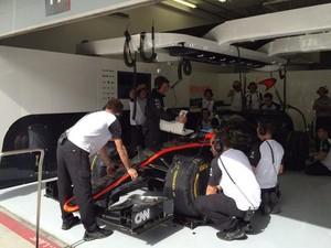 Fernando Alonso McLaren Boxes Bahrein (Foto: Divulgação)