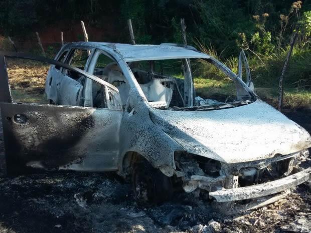 Corpo da vítima estava dentro de carro quaimado por bandidos (Foto: Divulgação/Polícia Militar)